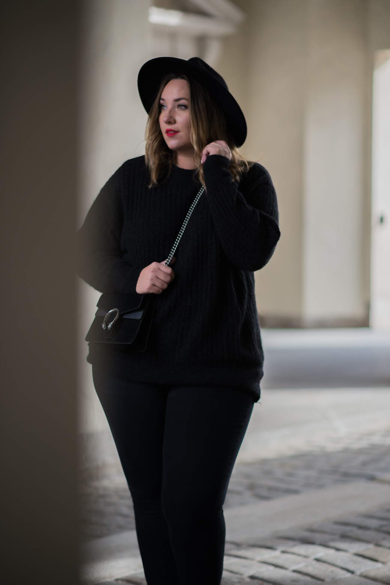 the-skinny-and-the-curvy-one_ms-wunderbar_curvy_plussize-blogger_plus-size-blog-deutschland_curve-blogger_all-black_gucci-dionysus_gucci-dionysus-black-velour-1-von-27