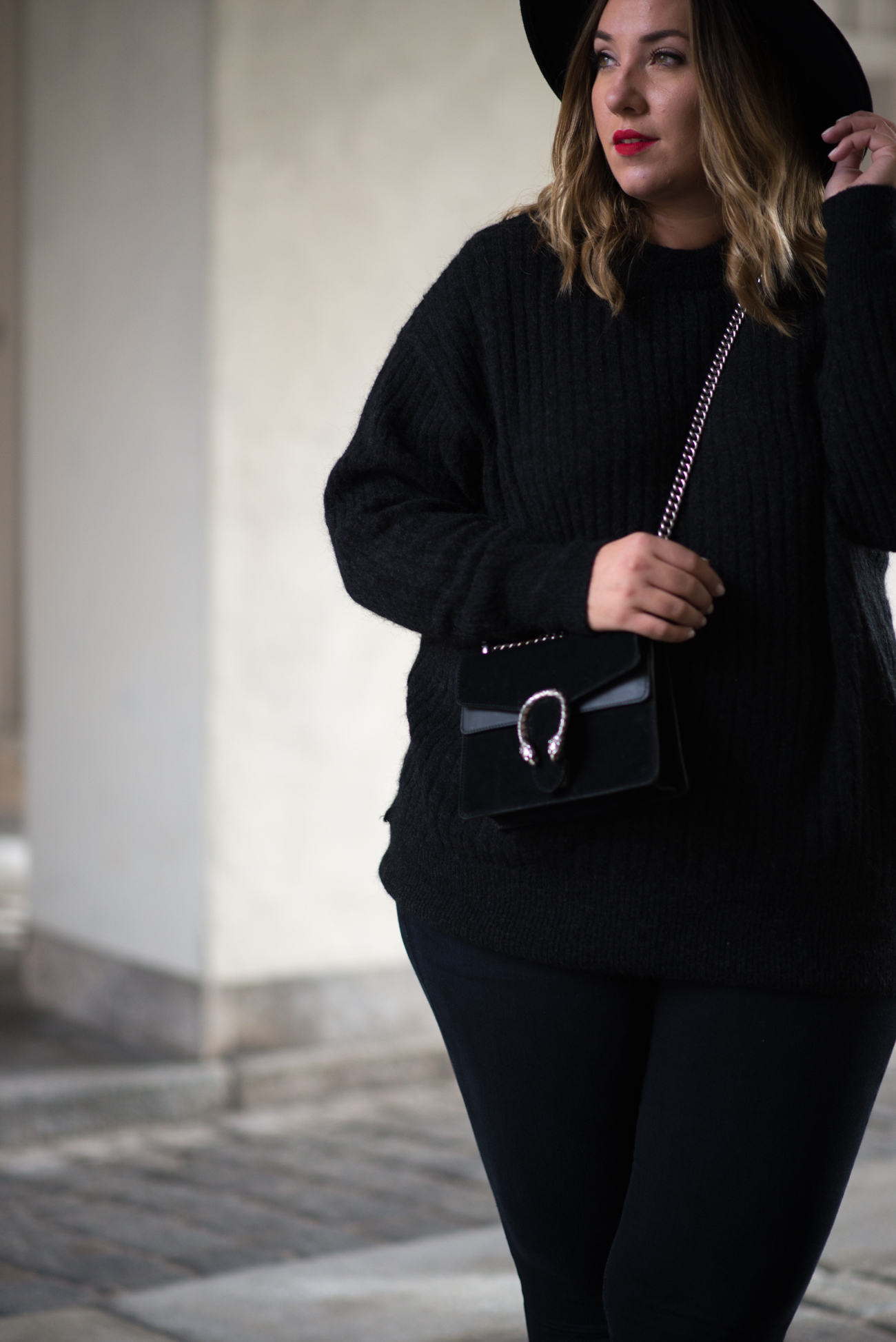 the-skinny-and-the-curvy-one_ms-wunderbar_curvy_plussize-blogger_plus-size-blog-deutschland_curve-blogger_all-black_gucci-dionysus_gucci-dionysus-black-velour-20-von-27