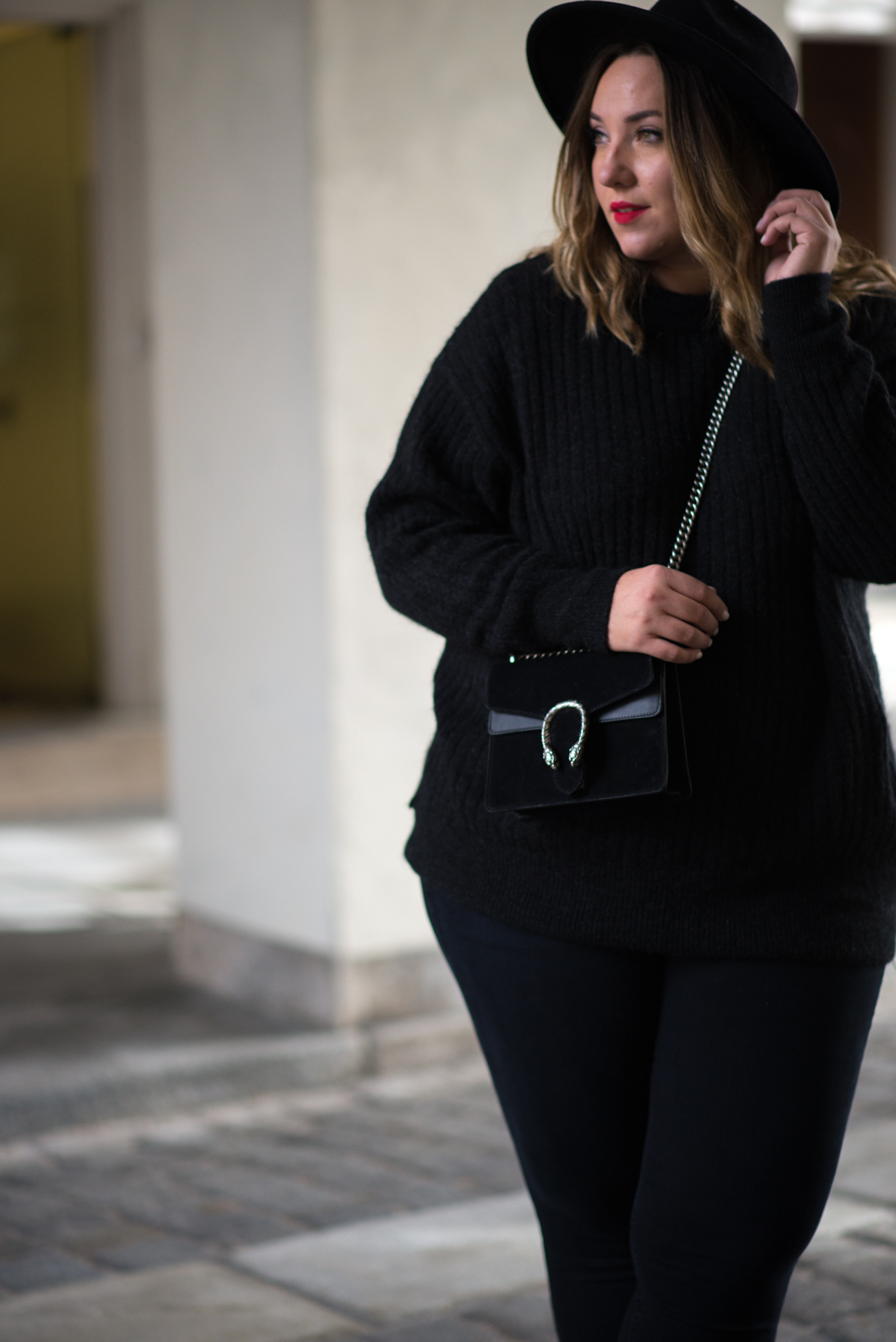 the-skinny-and-the-curvy-one_ms-wunderbar_curvy_plussize-blogger_plus-size-blog-deutschland_curve-blogger_all-black_gucci-dionysus_gucci-dionysus-black-velour-23-von-27