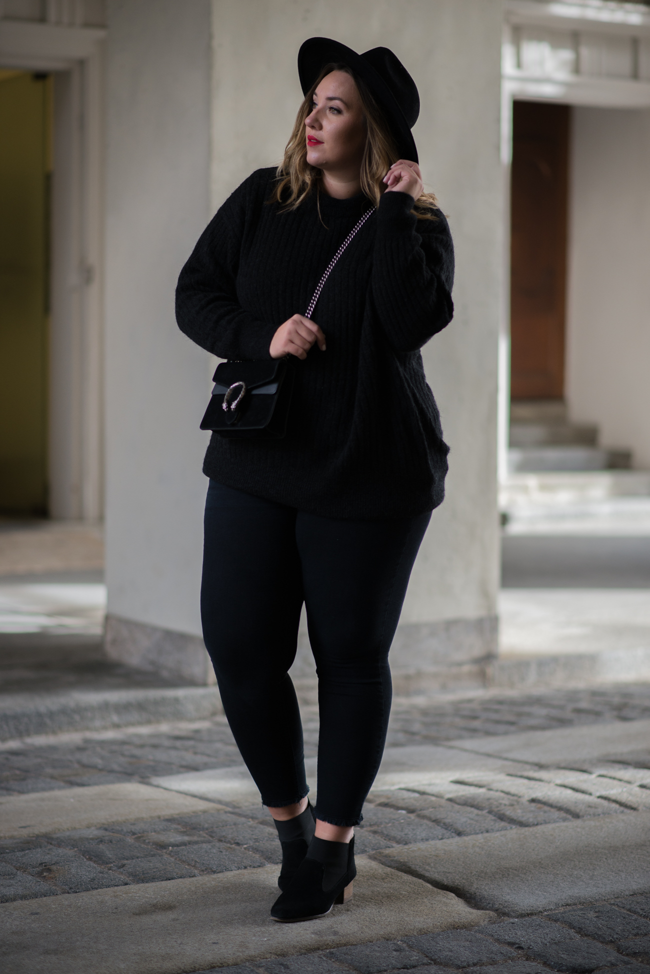 the-skinny-and-the-curvy-one_ms-wunderbar_curvy_plussize-blogger_plus-size-blog-deutschland_curve-blogger_all-black_gucci-dionysus_gucci-dionysus-black-velour-6-von-27